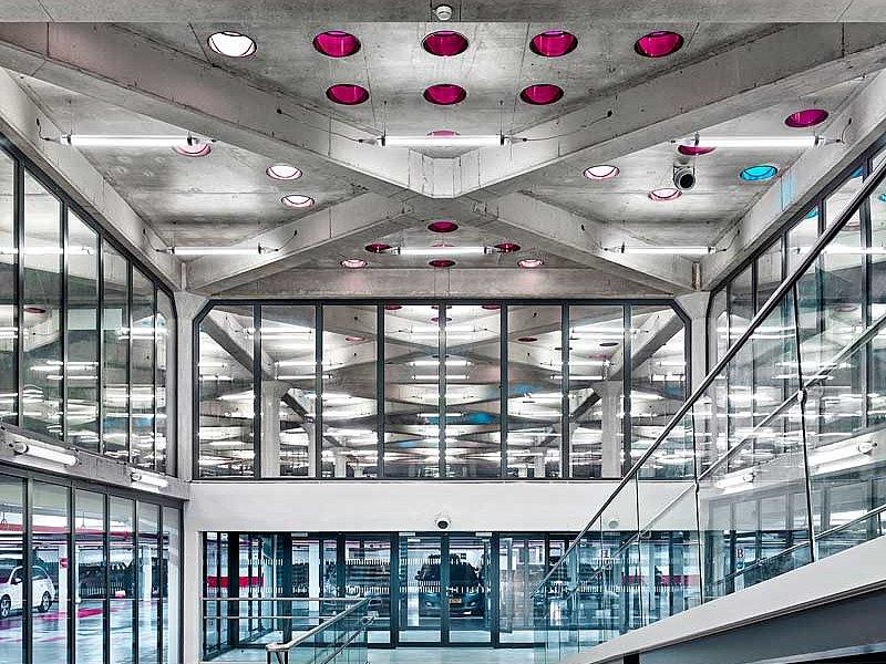 Construction fine et transparente pour la protection contre les incendies dans le Parking de la Gare à Nancy. Les cloisons et les portes en acier ont été construits avec les systèmes de profilés forster fuego light et forster presto.