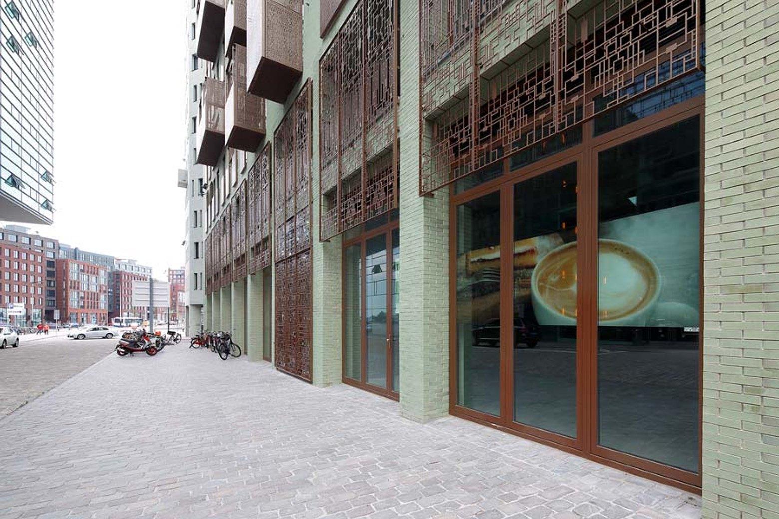 Tür und Verglasung mit Wärmedämmung im Eingangsbereich aus Stahl. Profilsystem: forster unico Iidock Shops und Wohnungen, Amsterdam