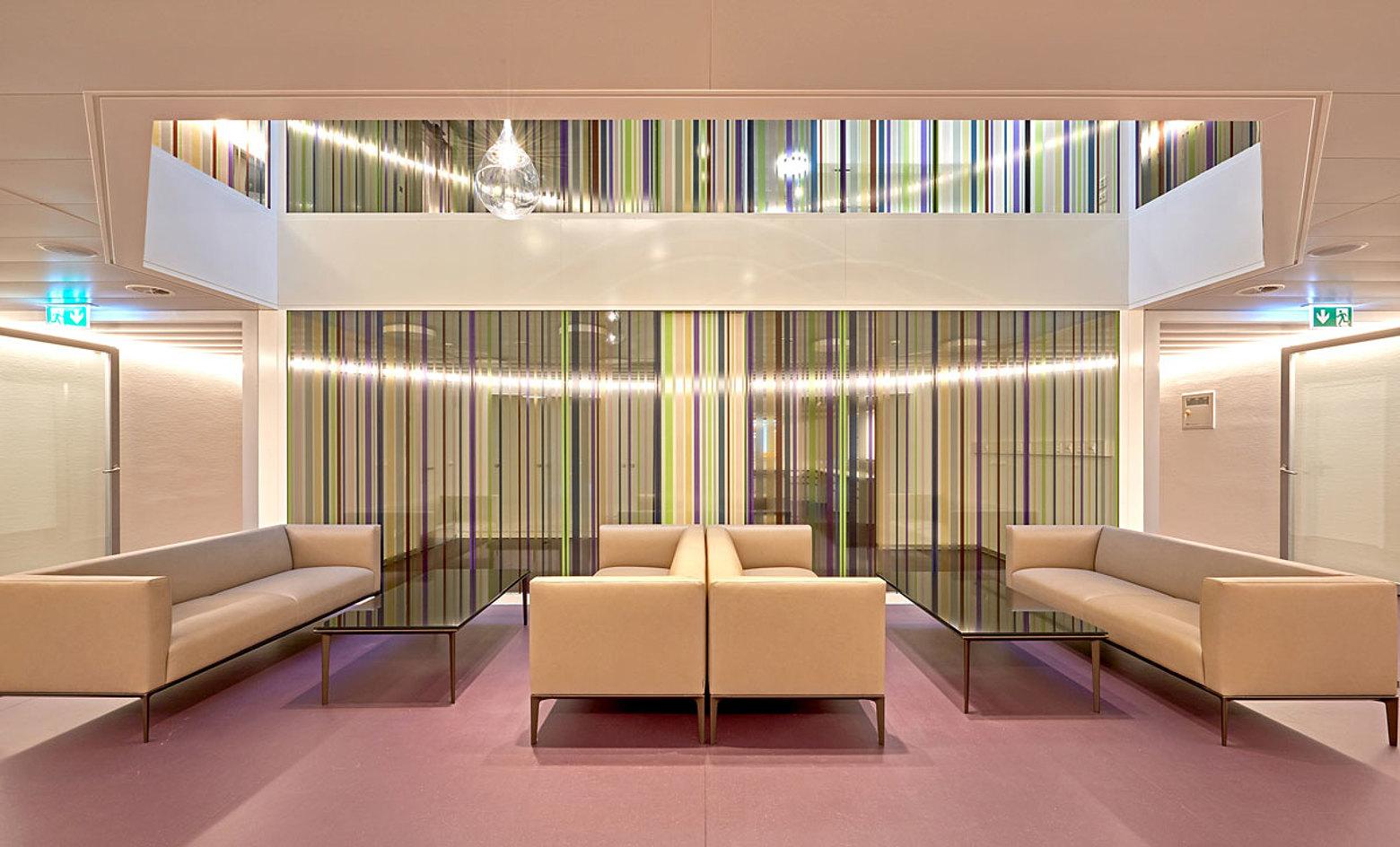 Die sichere Brandschutzverglasung forster fuego light EI60 kreiert eine angenehme und lichtdurchflutete Atmosphäre.  Spital Langenthal, Schweiz