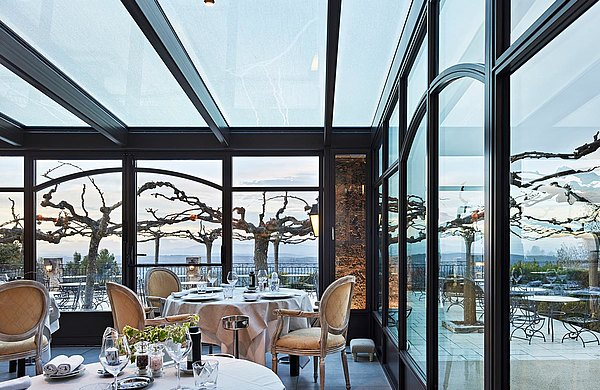 """Wärmegedämmte Verglasung rund um den Speisesaal. Damit lassen sich nicht nur kulinarische Köstlichkeiten, sondern auch die wunderbare Aussicht ohne Hindernisse geniessen. Stahlprofile forster unico. Hotel und SPA """"Bastide Tourtour"""" in Frankreich."""