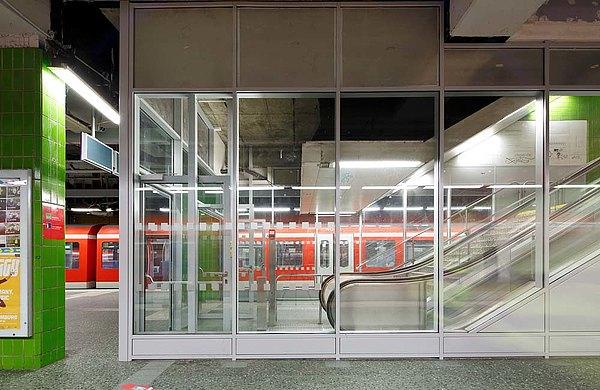 Brandschutztüren und -verglasungen EI30 aus Stahl. Verwendet wurden die Profilsysteme forster fuego light und forster thermfix vario. Bahnstation Altona, Deutschland