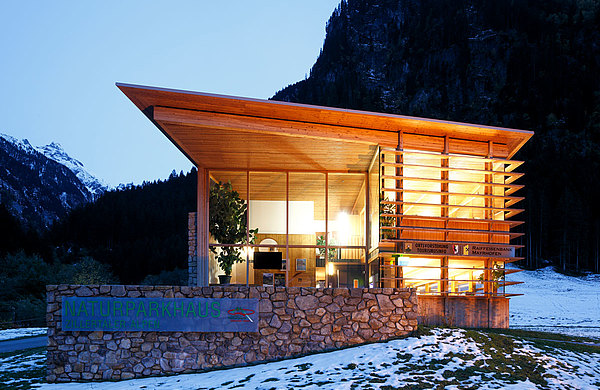 Fassade aus Stahl mit Holzvergleidung, forster thermfix light Haus Naturpark Zillertaler Alpen