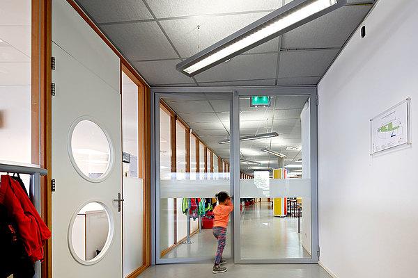 Verglaste Brandschutztüren aus Stahl EW60. Das verwendete Profilsystem ist forster presto. Schule De Dukdalf, Niederlande