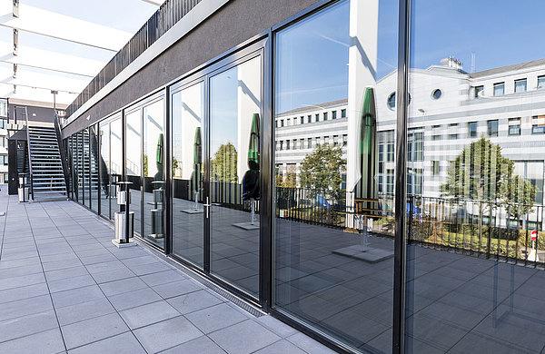 Wärmegedämmte Fassaden und Türen aus Stahl, teilweise mit Brandschutz EI30. Systems: forster thermfix vario und forster unico Hi.