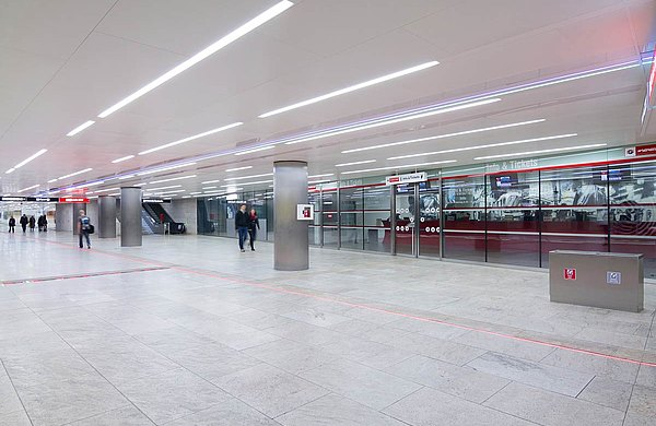 Brandschutz-Stossfugenverglasungen EI30 und EI60 und Brandschutztüren in Edelstahl EI30.  Profilsystem: forster fuego light Karlsplatz-Passage, Wien