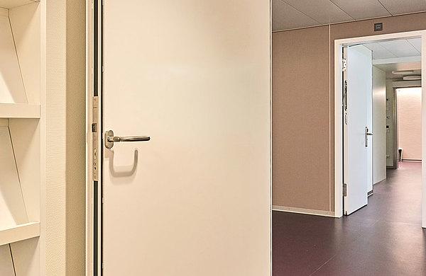 Die flächenbündigen Blechtüren forster fuego light ermöglichen einen nischenähnlichen Einbau zu den Aufenthaltsräumen und Besprechungszimmern.  Spital Langenthal, Schweiz