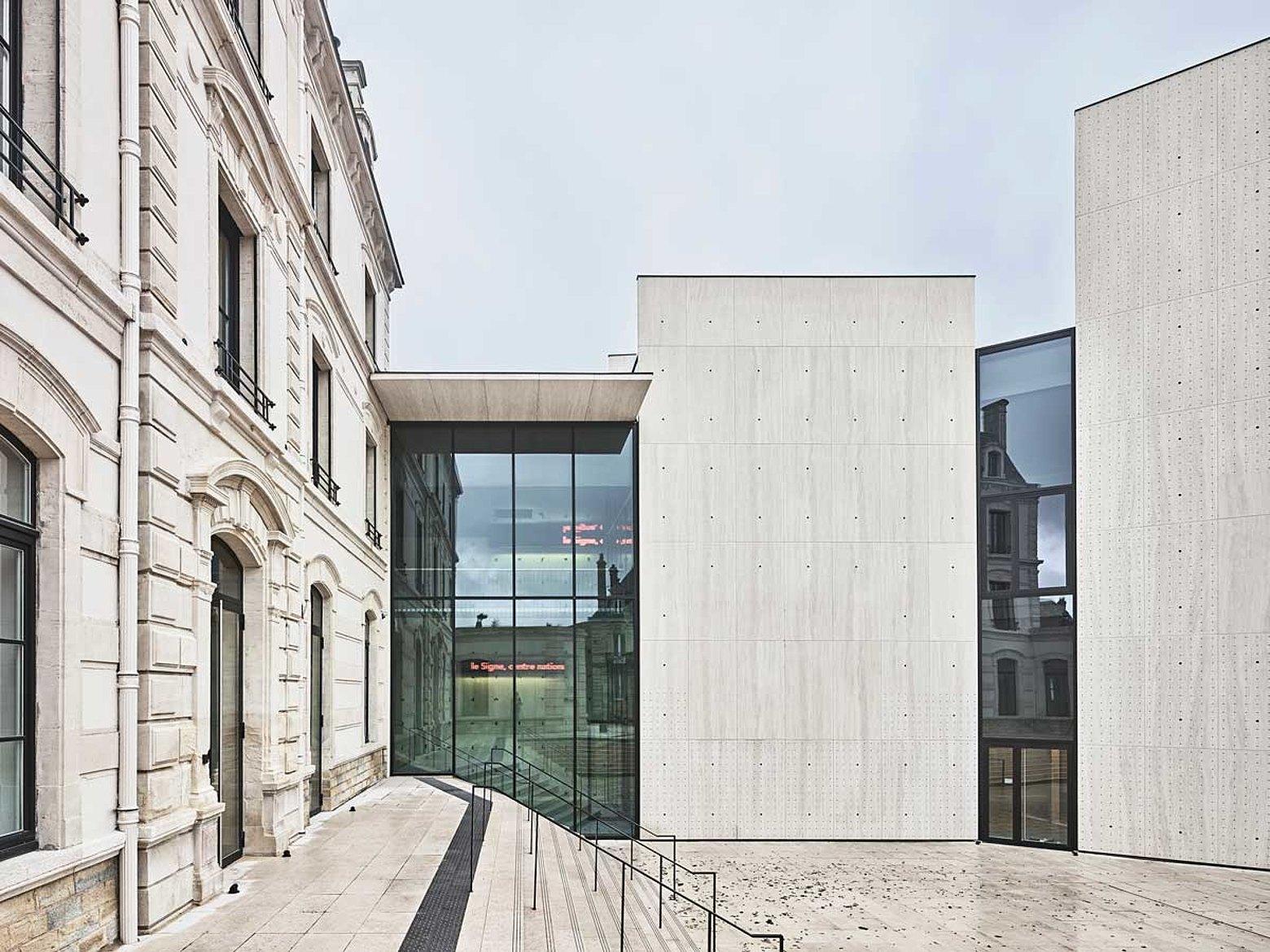 Grossflächige Verglasungen und Fassade mit Wärmedämmung forster thermfix vario and forster unico Le Signe, Chaumont