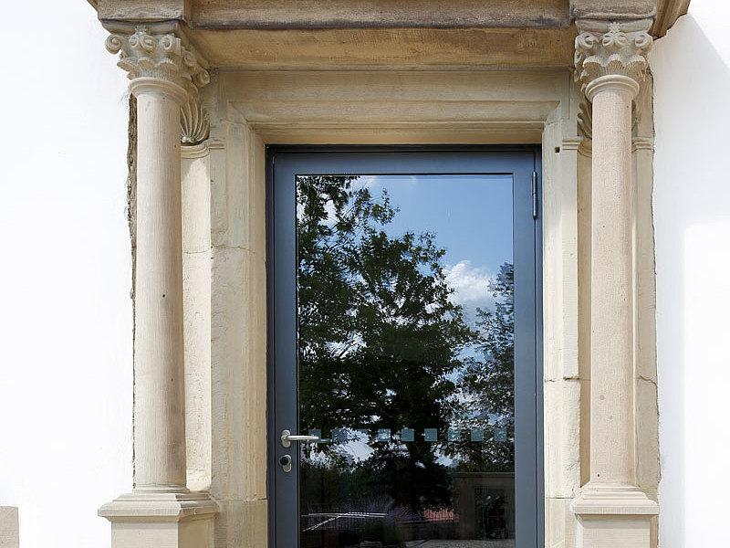 Verglaste Tür aus Stahl mit Wärmedämmung. System: forster unico Greckenschloss, Deutschland