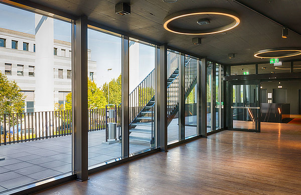 Wärmegedämmte Fassade und verschiedene Brandschutztüren im Gebäudeinneren. Systeme: forster thermfix vario und forster fuego light.