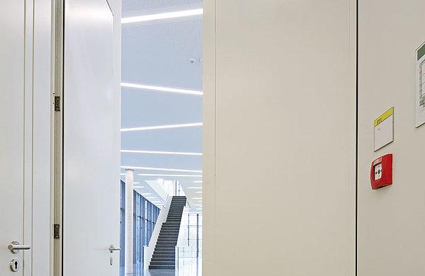 verblechte Brandschutztür mit verdeckt liegenden Bändern, forster fuego light Technikum für Mikrotechnologien (Technische Universität) Dresden
