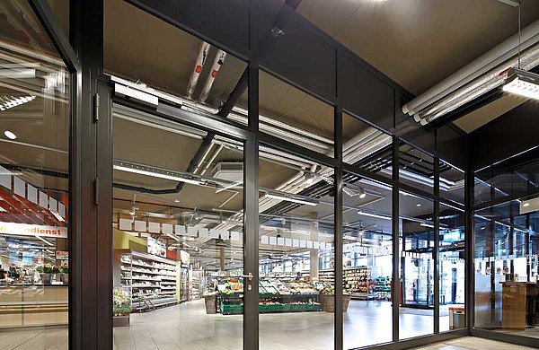 Feuerschutztür EI30 aus Stahl und Verglasung forster fuego light. Wohn- und Geschäftshaus Krone, Schweiz