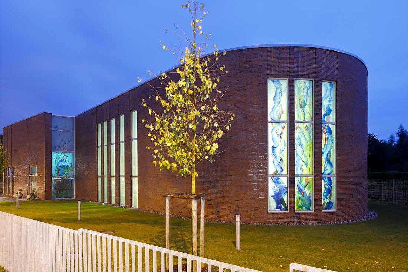 Wärmegedämmte Türen und Verglasungen aus Stahl. Verwendet wurden die Profilsysteme forster unico und forster thermfix vario. Neuapostolische Kirche in Rostock, Deutschland