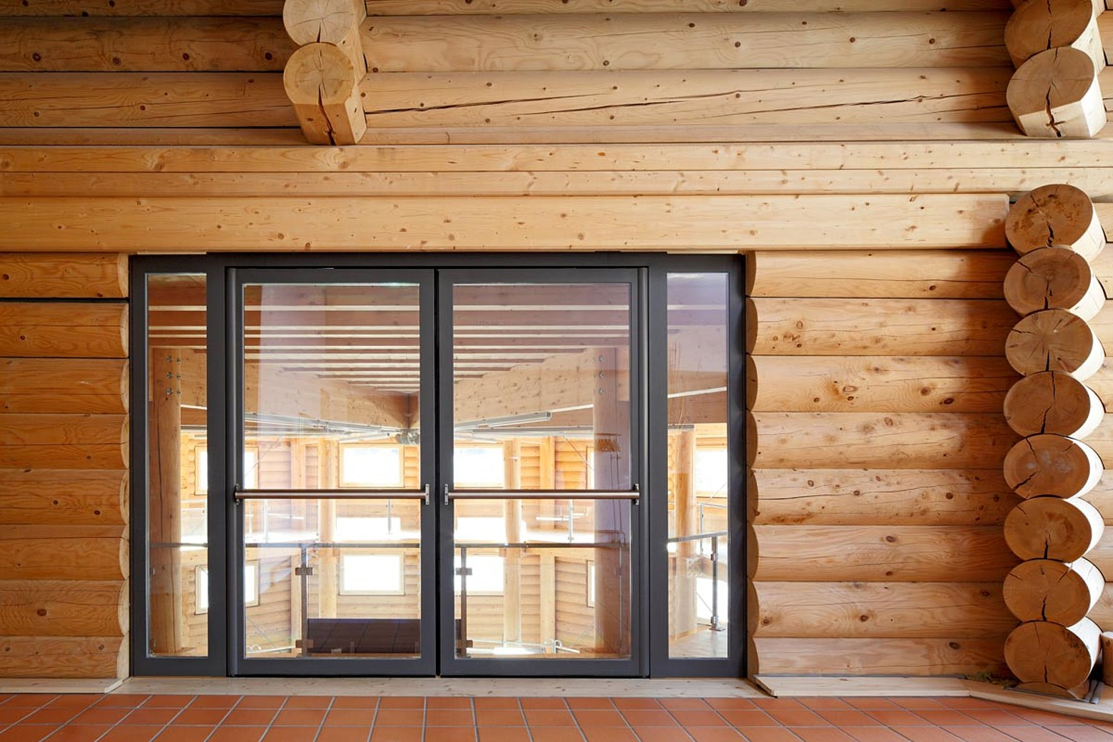 Porte d'ingresso in acciaio a taglio termico e protezione delle dita. Sistema: forster unico Ristorante Stocks Mülenen, Svizzera