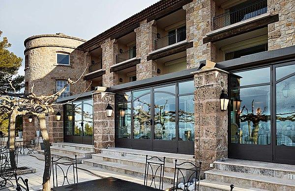 """Wärmegedämmte Verglasung im Eingangsbereich und Zugang zur Terrasse. Stahlprofile forster unico. Hotel und SPA """"Bastide Tourtour"""" in Frankreich."""