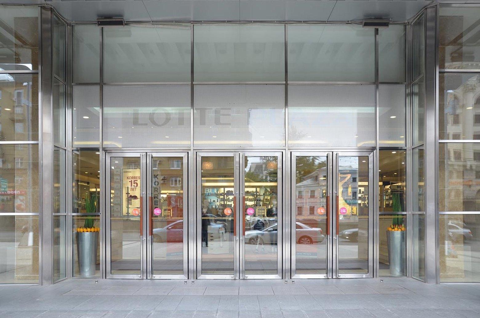 Wärmegedämmte Pfosten-Riegel Fassade, Eingangstüren und Innentüren in Edelstahl Einkaufszentrum Lotte Plaza, Moskow