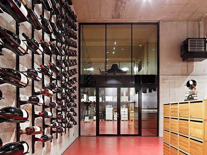 Brandschutztüren und Brandschutzverglasungen EI30 und Stossfugenverglasungen EI30 um den Besprechungsraum herum. Eingesetztes Profilsystem: forster fuego light. Secli Weinwelt, Schweiz