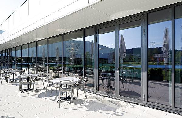 Sowohl die Fassade in Pfosten-Riegel Konstruktion, wie auch die verglasten Türen in den Eingangsbereichen bieten eine hervorragende Wärmedämmung. Die Fassade wurde mit Stahlprofilen forster thermfix light und Türen mit forster unico konstruiert.  Sportplatz Bergholz, Schweiz