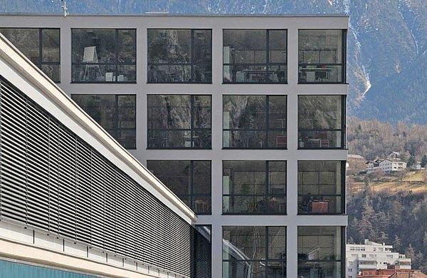 """Türen, Fenster und Verglasungen mit Wärmedämmung und Hebe-Schiebertüren mit einer Höhe von 3.8 m height, forster unico Verwaltungsgebäude """"Matterhorn Gotthard Bahn"""", Brig"""