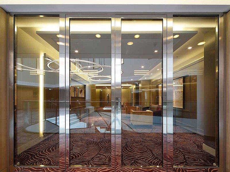 Portes coupe-feu EI30 en acier inox. Les portes sont construites avec des profilés en acier forster fuego light. Hôtel Waldorf Astoria, Berlin