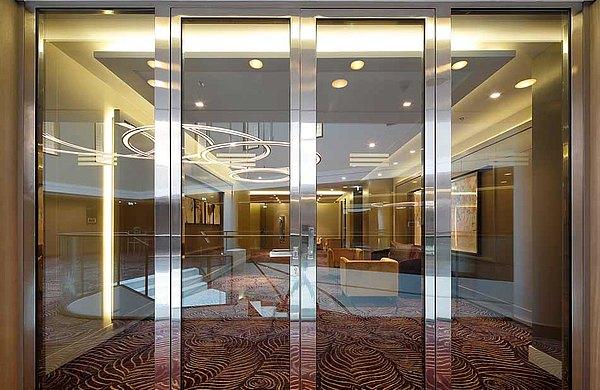 Verglaste Brandschutztüren EI30 in Edelstahl. Konstruiert sind die Türen mit Stahlprofilen aus dem System forster fuego light. Hotel Waldorf Astoria, Berlin