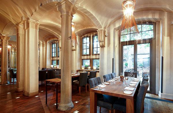 Wärmegedämmte Fenster und Verglasungen, Eingangspartien, teilweise mit Bogen, forster unico Restaurant Leopold, DE
