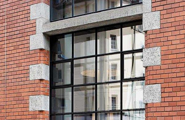 Fenster mit schmalen Sprossen aus Stahl und exzellenter Wärmedämmung. System: forster unico Löwenbräu-Areal, Schweiz