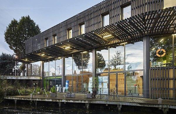 Türen und Fassade aus Stahlprofilen mit Wärmedämmung. System: forster unico