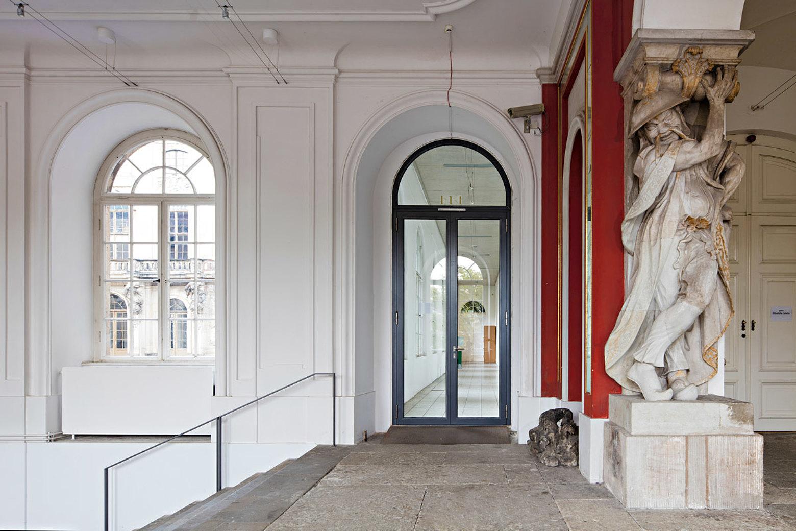 BrandschutztürT30 mit einer lichten Durchgangshöhe von 3.4 mt., forster fuego light Senkberg Sammlung, Japanisches Palais, Dresden