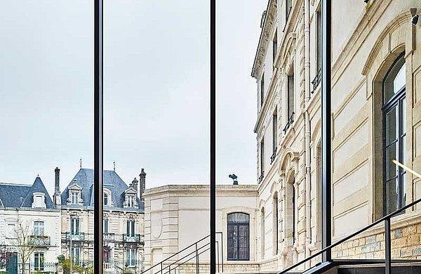 Schlanke Fassadenkonstruktion mit Wärmedämmung. Die Pfosten-Riegel Fassade wurde mit dem Profilsystem aus Stahl forster thermfix vario erstellt. Le Signe, Chaumont