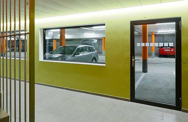 Brandschutztür und Verglasung EI30, forster fuego light. Eingang, Ausgang zur Tiefgarage im Wohn- und Geschäftshaus, Krone, Schweiz