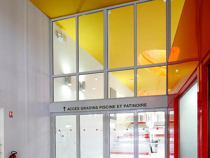 Fassade in Pfosten-Riegel Konstruktion mit Wärmedämmung und Türen und Verglasungen für den Brandschutz EI30, forster thermfix vario and forster fuego light Schwimmbad Les Argoulets, Toulouse