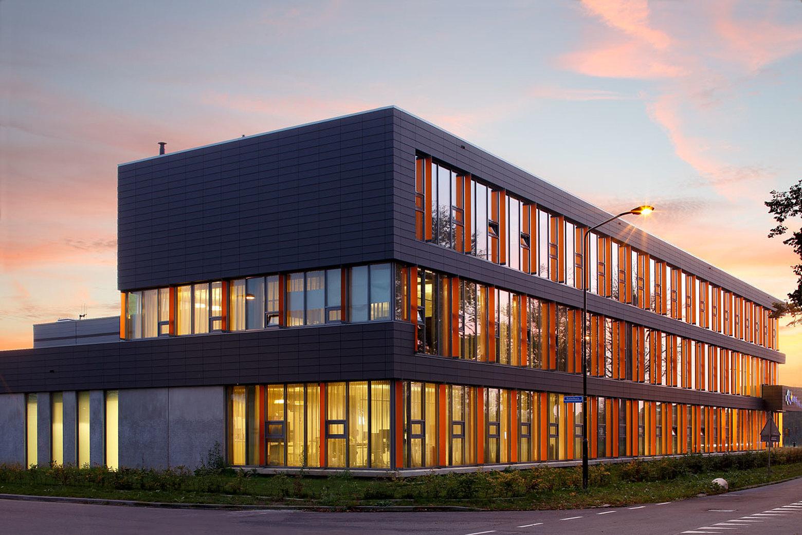 Fassade in Pfosten-Riegel Konstruktion und verglaste Eingangstüren aus Stahl mit Wärmedämmung. Profilsystem: forster thermfix vario und forster unico. Polizeistation Doetinchem, Niederlande