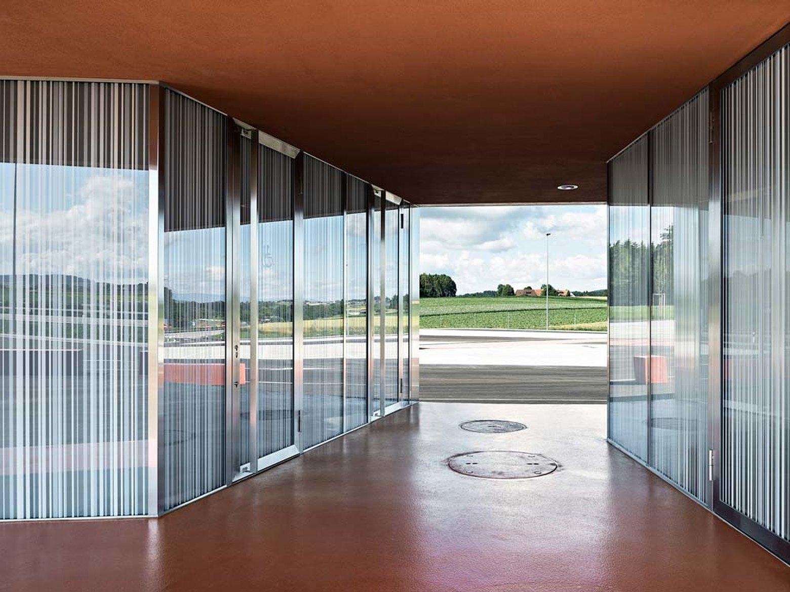 Eingangstüren und Verglasungen mit Wärmedämmung in Edelstahl. Eingesetztes Profilsystem: forster unico