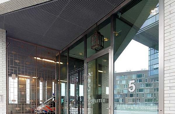 Tür und Verglasung mit Wärmedämmung im Eingangsbereich aus Edelstahl. Profilsystem: forster unico Iidock Shops und Wohnungen, Amsterdam