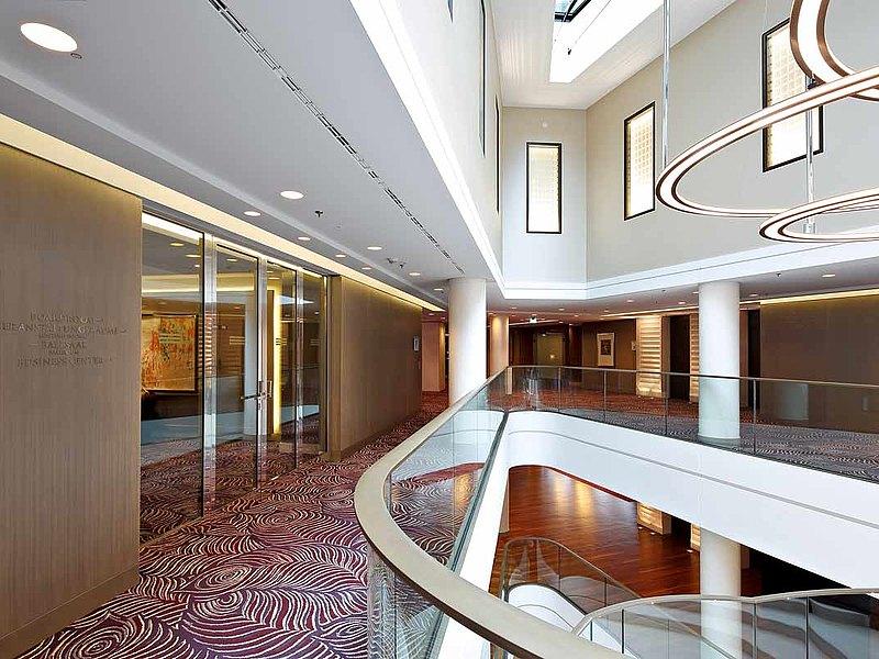 Portes coupe-feu et vitrages EI30 en acier inox. Les portes sont construites avec des profilés en acier forster fuego light. Hôtel Waldorf Astoria, Berlin