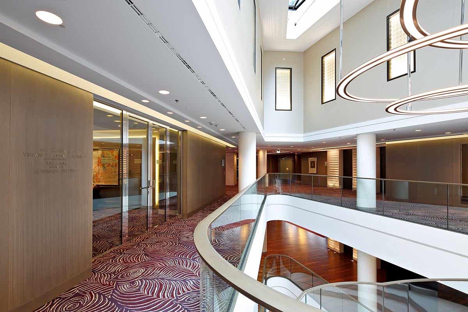 Verglaste Brandschutztüren EI30 mit Verglasung in Edelstahl. Konstruiert sind die Türen mit Stahlprofilen aus dem System forster fuego light. Hotel Waldorf Astoria, Berlin