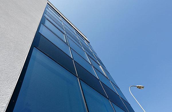 Pfosten-Riegel Fassade mit Aufsatzprofilen aus Stahl mit Wärmedämmung, forster thermfix light LMB Technik Switzerland