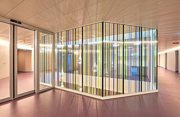 Die Brandschutzverglasung forster fuego light EI60 mit farbigen Folienstreifen kreiert eine angenehme und lichtdurchflutete Atmosphäre und bietet gleichzeitig einen hohen Grad an Sicherheit.  Spital Langenthal, Schweiz