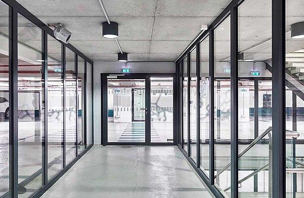 Einflügelige Feueschutztür mit Seitenteil und Verglasungen EI60. Profilsysteme forster fuego light und forster presto. Parking de la Gare, Nancy