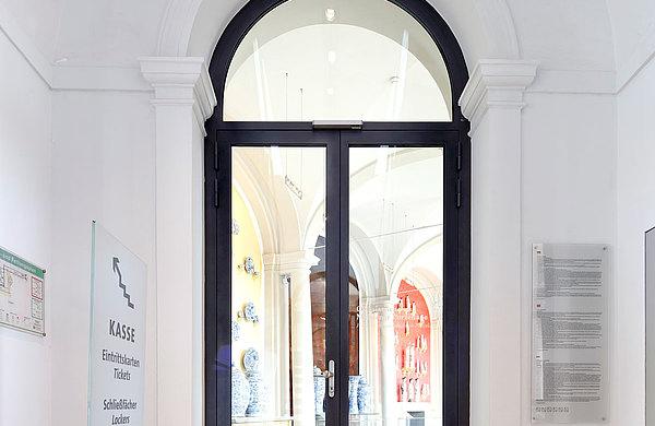 """Eingangstür mit Einbruchhemmung aus Stahl, Profilsystem: forster unico Prozellansammlung """"Dresdner Zwinger"""", Dresden"""