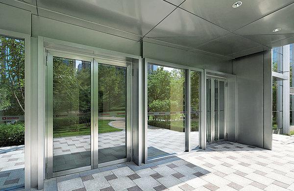 Verglaste Eingangstüren in Edelstahl ohne Wärmedämmung. Profilsystem: forster presto Linkin Park, Beijing