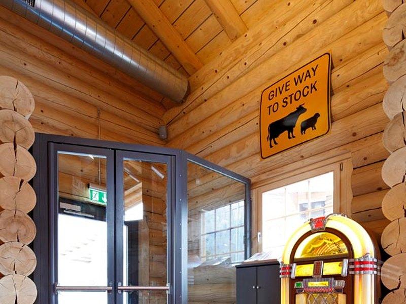 Wärmegedämmte Stahltür mit Fingerschutz. System: forster unico Restaurant Stocks Mülenen, Schweiz
