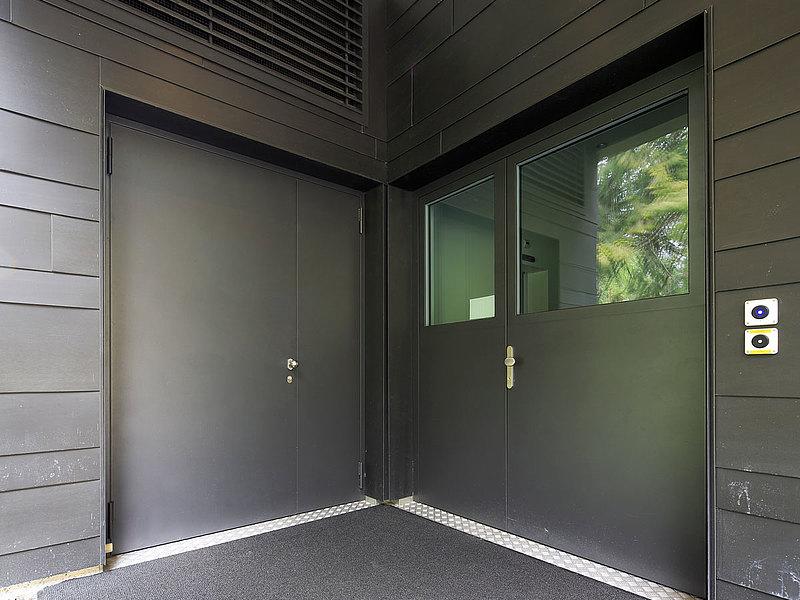 Verblechte Türen aus Stahl mit Wärmedämmung. System: forster unico Hotel Le Prese, Schweiz