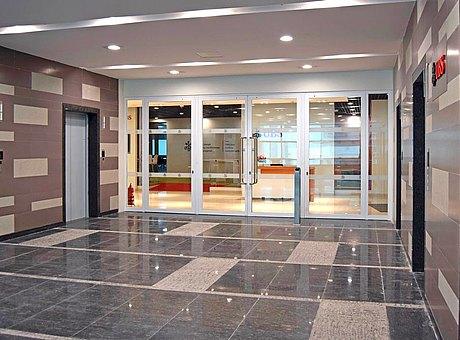 zweiflügelige Brandschutztür aus Stahl und Glas