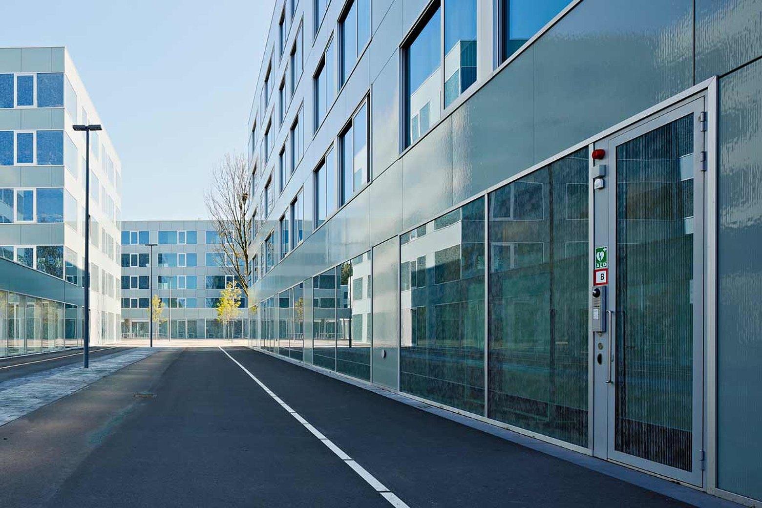 Türen und Verglasungen aus Stahl mit Wärmedämmung und Einbruchhemmung. Das verwendete Profilsystem ist forster unico. Campus Hooglvliet Amsterdam, Niederlande